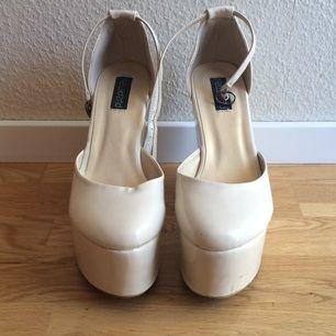 Supersnygga skor från Nelly! Endast använd en gång på studenten :) sköna! Finns att hämta på södra sidan av stan eller skickas