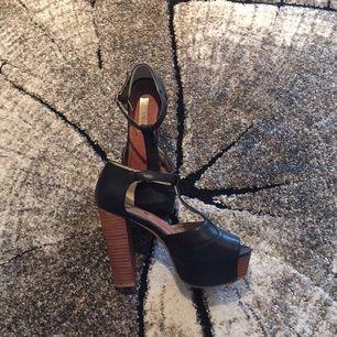 Säljer mina TIAMO skor.  Använda ett fåtal gånger, men i väldigt bra skick.  Pris; 150kr + 30kr frakt (nypris, 699kr)  Höjd: 12,5cm (4cm)