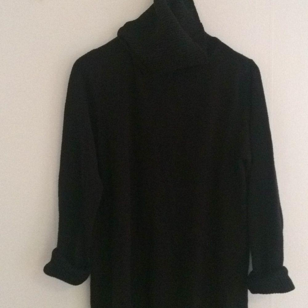 39ab16f3f304 Stor svart stickad polo. Egentligen en mama-modell men jag har bara använt  den ...
