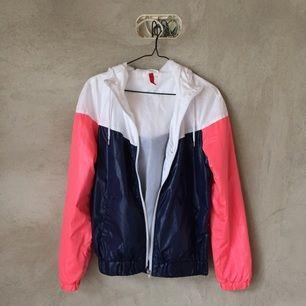 Windbreaker-ish jacka från H&M Passar M om man vill ha den lagom rymlig