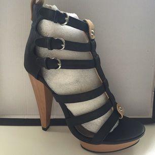 Helt oanvända skor från Nelly i strl 37  Klack ca 10 cm  Trästiletteklack