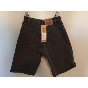 Skitsnygga skogsgrågröna Acne-shorts köpta på Beyond Retro. Aldrig använda pga för små, det kan lappen som sitter kvar vittna om! 🎉