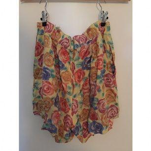 Helt underbara blommiga shorts köpta second hand som tyvärr är något för stora för min stil. Fynda! 🌸