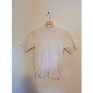 En jätteskön kortärmad turtleneck från Kappahl som funkar både uppklätt och nedklätt. 👌🏾