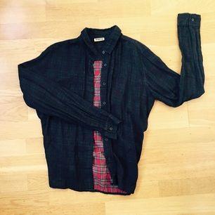 Fin superfin skjorta med mönster på insidan + svart transparent tyg på utsidan.