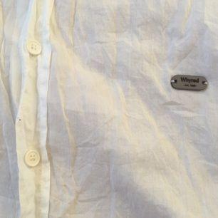Skjorta från Wyred med snörning vid kragen. Går att klippa bort eller knyta på snyggt sätt. Knappt använd