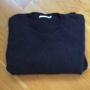 Jättefin stickad tröja från Weekday. Lite kortare i ärmarna. 70% angora 30% polyamid. Supermjuk