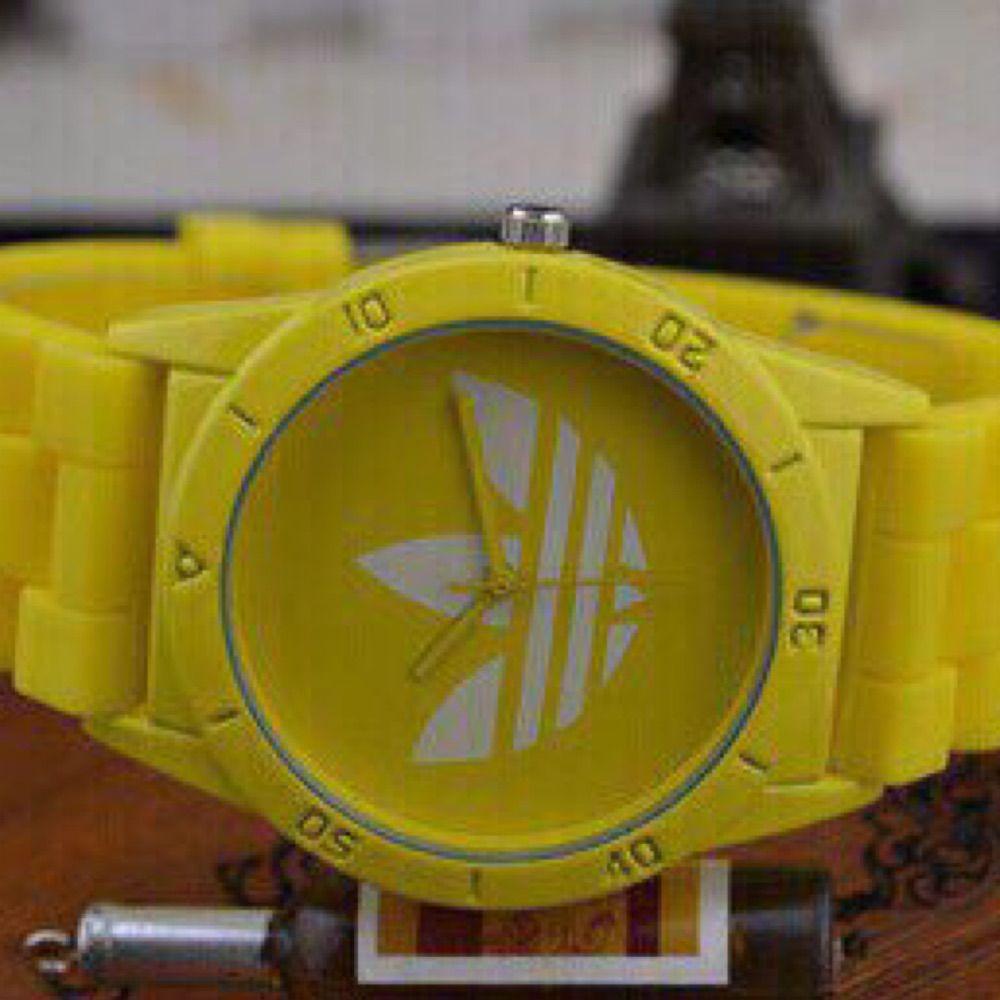Helt ny gul  adidas klocka med extra batteri ! Fri frakt som vanlig brev !  . Accessoarer.
