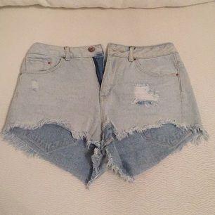 Korta jeansshorts i sliten modell och hög midja. Köpta men aldrig använda på grund av för liten strl.