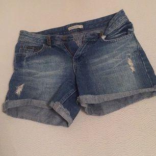 Snygga jeans shorts från hm med nit detaljer vid fickor