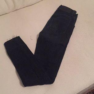 Blåsvarta jeans från tiger. Avklippta nertill men kan läggas upp. Hög midja