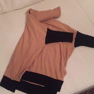 Oversized polotröja, tvåfärgad från bikbok skönt mjukt material.