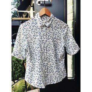Trekvartsärmad skjorta (går även att rulla upp så den blir kortärmad) i mörkblått och vitt, superfin! 👄