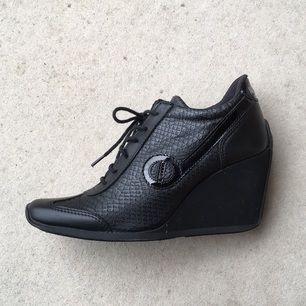 Högklackade Svarta sneakers från NoName, knappt använda.