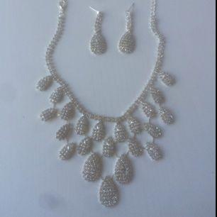 Säljer detta fina halsband med örhängen som ingår! ✨