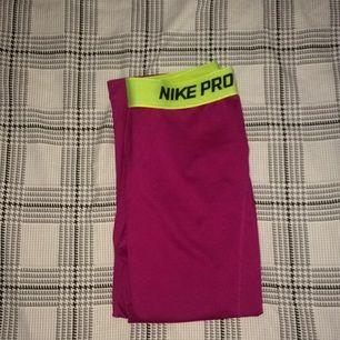 Nike träningstights, Nike PRO. Använda bara 1 gång. Formar rumpa och ben jättebra. Som nya.