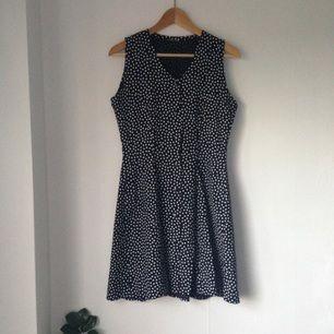 Prickig vintage klänning med vid kjol. Knäppning längst hela framsidan. Märkning saknas, men uppskattar den till strl.36.