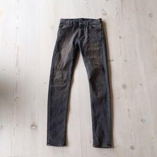 Mörkgrå jeans med smala ben och normalhög midja. Från Weekday MTWTFSS. Passar till det mesta. Storlek W26 L32.