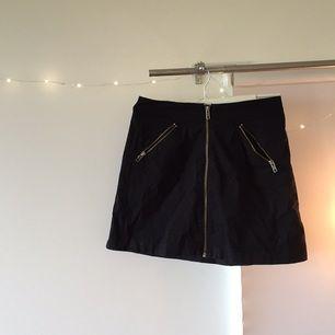 Svart a-linjekjol med fickor med dragkedjor. Från någon av &Other Stories första kollektioner 2013. Ett av de plagg jag varit som mest nöjd med nånsin. Tyvärr fel storlek numera.