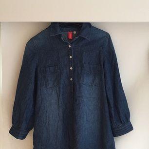 Fin jeansskjorta. Känns ateljévänlig.