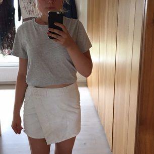Ball vit jeanskjol från Weekday. Du kan få T-shirten också för 30 extra.