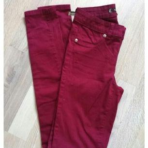 Stretchiga vinröda jeans från Carlings