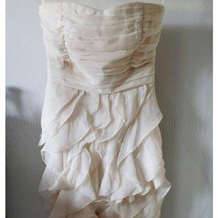 Jättefin klänning med volanger. Krämvit. Aldrig använd. Från VILA. Inköpspris 499kr.