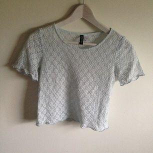 Ljusblå spets tröja från HMs DIVIDED, fin till det mesta och i fint skick! Säljes pga utrensning av garderoben⭐️ Frakt tillkommer ✨ Tar gärna swisch🌸