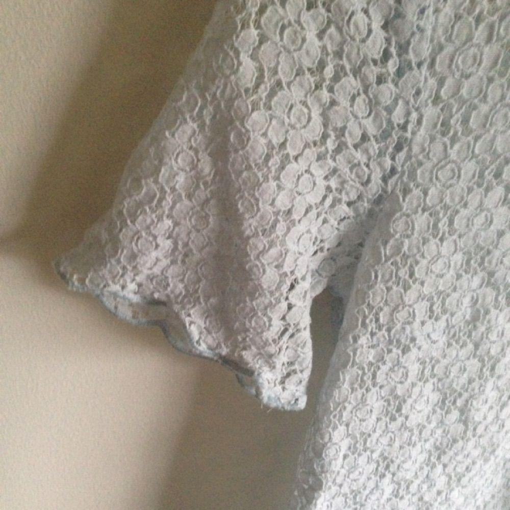 Ljusblå spets tröja från HMs DIVIDED, fin till det mesta och i fint skick! Säljes pga utrensning av garderoben⭐️ Frakt tillkommer ✨ Tar gärna swisch🌸. Toppar.