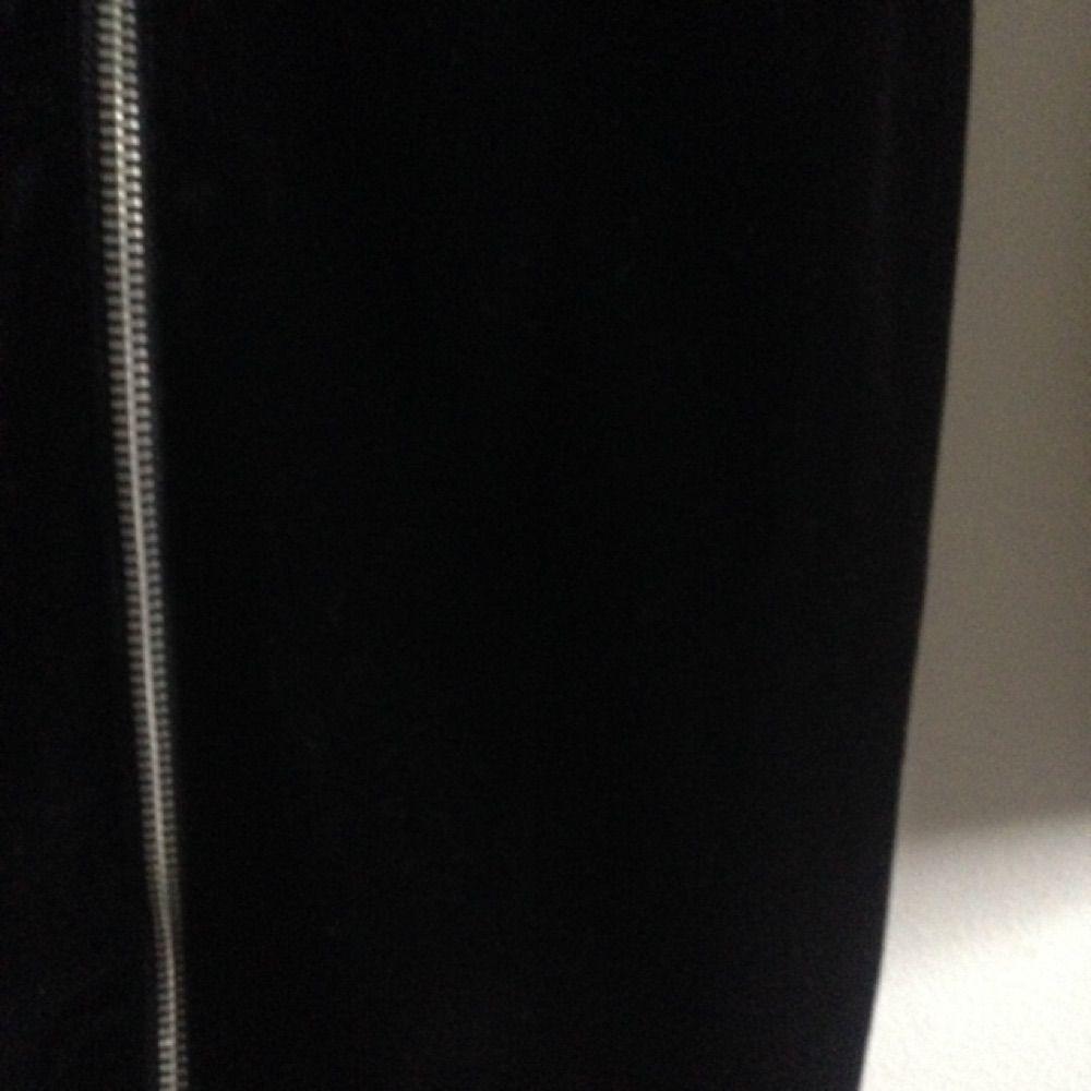 Svart tajt sammets klänning med dragkedja fram från HMs DIVIDED, super snygg