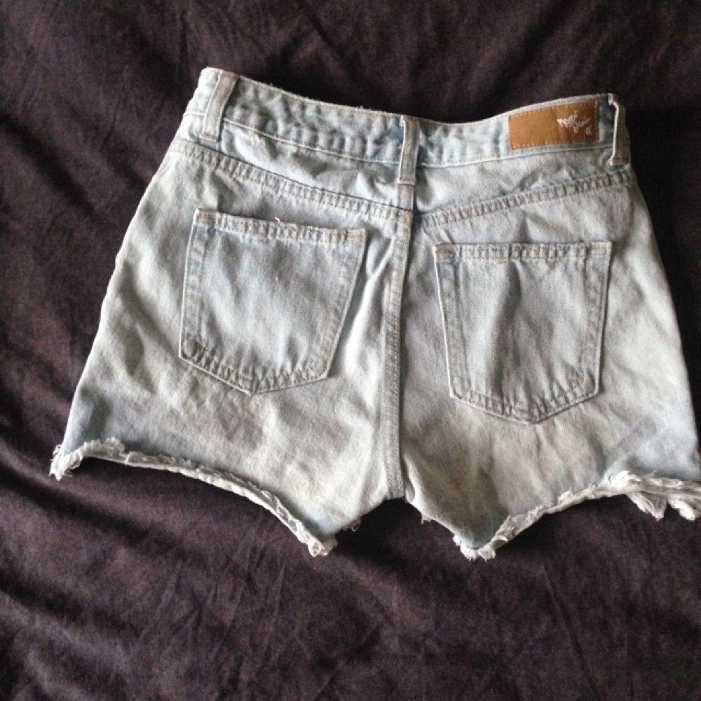 Snyggt urtvättade ljusblå highwaisted shorts från BikBok,väl använda men fortfarande i bra skick! Säljes pga utrensning av garderoben⭐️ Frakt tillkommer ✨ Tar gärna swisch🌸. Shorts.