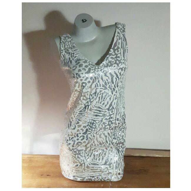 Silver och vit glitterklänning från forever 21. Använd en gång och i mycket  bra skick ... 9c267be3e811e