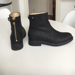 Säljer mina Johnny Bulls-boots i storlek 36, använda endast ett fåtal gånger - väldigt fint skick.  Köparen står för eventuell frakt.