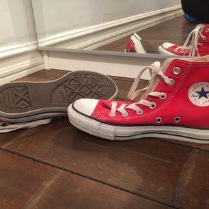 Röda Converse storlek 4 (36.5) sparsamt använda.   Köparen står för eventuell frakt
