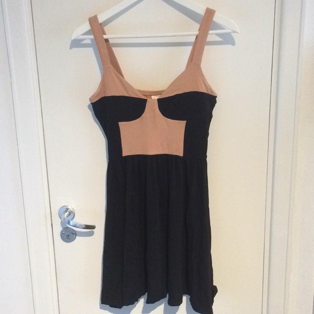 cc5657e7c08b Kort klänning i rosa och svart - Monki Klänningar - Second Hand