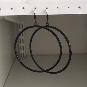Svarta stora ringar. Köparen betalar frakt