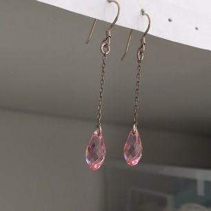 Droppörhängen i rosa 💗 köparen står för frakten