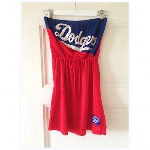 Dodgersklänning i tubmodell. Snörning under byst.