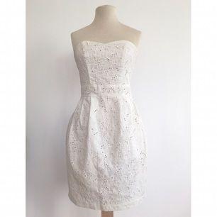 Vit spetsklänning  Märke: H&M Storlek: 36 Skick: Mycket gott. Sparsamt använd.  Pris: 75:- eller bud.  Frakt: Betalas av köparen.  Mängdrabatt och samfrakt vid köp av flera plagg.