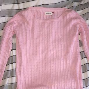 Rosa kabel stickad tröja från Park Lane. Passar storlek L  Köpt för 799kr säljer den för 300kr,pris kan diskuteras.  Aldrig använd pga jag inte passar den