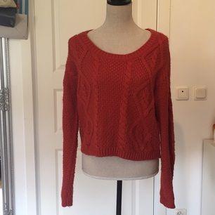 Fin roströd kabelstickad tröja från KappAhl. Välanvänd men fortfarande i fint skick!