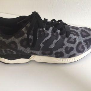 Så gott som nya Adidas flux med leopardmönster. Endast använda Max 5 ggr. Inköpta på sneakers'n stuff i Stockholm för 899kr  Storlek 38 2/3