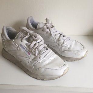 Snyggt slitna klassiska Reebok i vitt. Inköpta på sneakers'n stuff i Stockholm. Använda!  Nypris 799kr