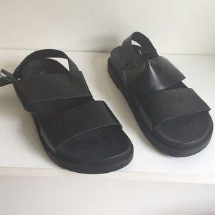 Snygga svarta sandaler ifrån H&M divided. Endast använda en gång.   Stl 39