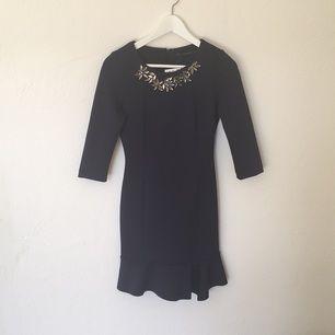 Elegant marinblå klänning från zara, aldrig använd samt prislapp kvar!