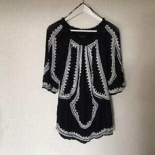 Riktigt snygg marinblå klänning från Zara. Säljer pga har växt ur den...