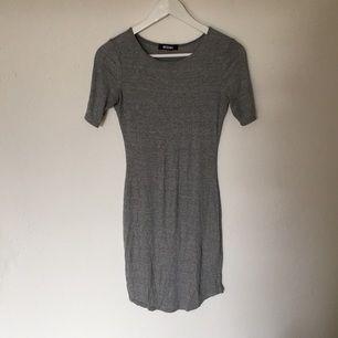 Snygg, kort samt tajt klänning från Missguided