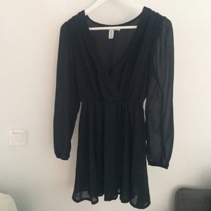 Svar klänning från Nelly i storlek 40. Säljer den pågrund av att jag inte använder.