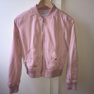 Rosa bomberjacka, i jättebra skick knappt använd! Jag har normalt sett en XS i jackor men den sitter fint på mig så kanske lite liten i storleken. ❤️❤️