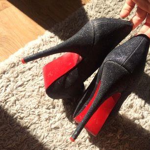 Glittriga svarta pumps med röd sula. (15cm) klack. Använda 3 gånger, säljer dom pågrund av att dom blir aldrig använda. Lätt att gå i.